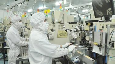Sản xuất linh kiện bán dẫn tại Công ty MTEX (Nhật Bản).