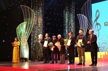 Nghệ sỹ nhân dân Phạm Ngọc Khôi (ngoài cùng bên phải) trao giải thưởng của Hội Nhạc sỹ Việt Nam cho các nghệ sỹ.