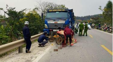 Sau vụ va chạm với xe tải, 2 bố con đi trên xe máy đã tử vong, tài xế xe tải rời khỏi hiện trường.