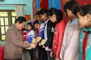 Đồng chí Vương Văn Bằng - Giám đốc Sở Giáo dục và Đào tạo, Phó Chủ tịch Hội Khuyến học tỉnh trao quà động viên học sinh vùng cao Văn Chấn.