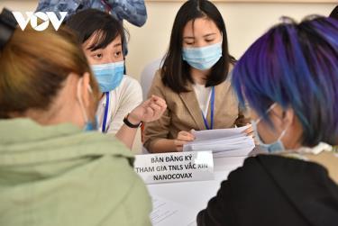 Các tình nguyện viên đăng ký tiêm thử nghiệm vaccine COVID-19 Việt Nam ngày 10/12.