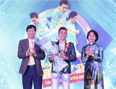 Nguyễn Nhớ nhận giải thưởng Fair Play 2020.