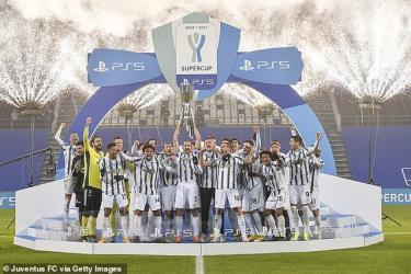 HLV Pirlo đã giành danh hiệu đầu tiên trong mùa giải với Juventus