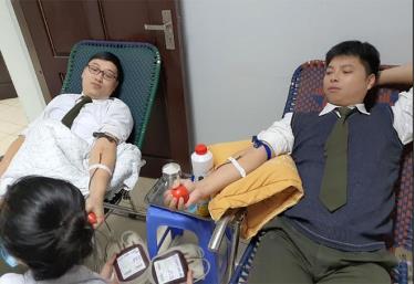Hai Bí thư Đoàn: Đại úy Phạm Minh Tuấn và Thượng úy Đỗ Thanh Hoàn (Công an tỉnh Yên Bái) tham gia hiến máu cứu bệnh nhân La Thị Lịch tại BVĐK tỉnh.