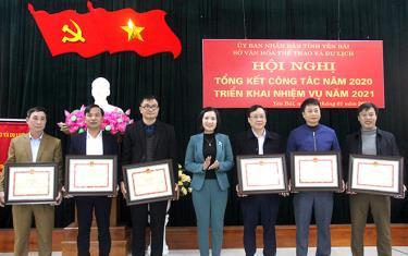 Thừa ủy quyền của Bộ VHTTDL đồng chí Lê Thị Thanh Bình – Giám đốc Sở VHTTDL tỉnh tặng bằng khen cho các tập thể, cá nhân có thành tích xuất sắc trong sự nghiệp phát triển VHTTDL năm 2020.