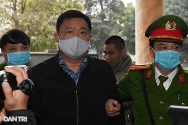 Bị cáo Đinh La Thăng được đưa đến tòa sáng 22/1.