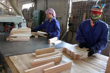 Sản xuất gỗ ván thanh tại Doanh nghiệp Tư nhân Đăng Khoa, huyện Trấn Yên.