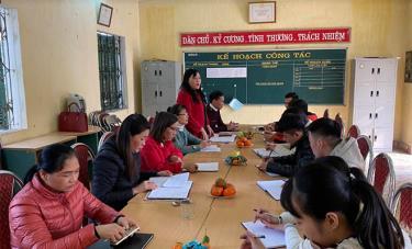 Sinh hoạt chuyên môn sau dự giờ tại Trường Tiểu học & THCS Tuy Lộc.