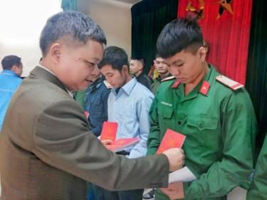 Đồng chí Nguyễn Thành Lê - Phó Chủ tịch UBND huyện tặng quà chúc mừng các quân nhân hoàn thành nghĩa vụ quân sự trở về địa phương.