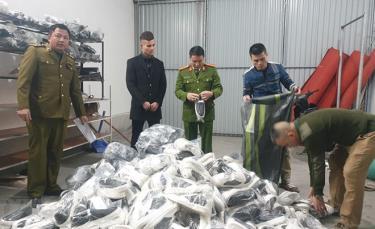 Lực lượng chức năng phát hiện thu giữ các sản phẩm quần áo, giầy dép lậu tại Hải Dương.