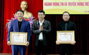 Đồng chí Nguyễn Quốc Chiến - Phó Giám đốc Sở Thông tin và Truyền thông trao Bằng khen của UBND tỉnh cho 2 cá nhân có thành tích xuất sắc trong Phong trào thi đua yêu nước 5 năm (2015 - 2020).