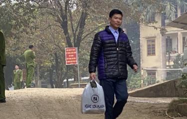 Hình ảnh bác sĩ Hoàng Công Lương mãn hạn tù bước ra khỏi cổng trại giam được chia sẻ trên mạng xã hội