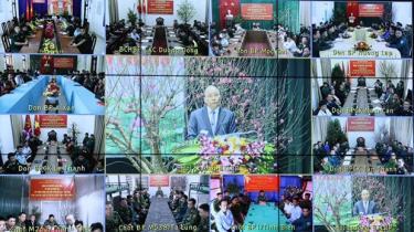 Thủ tướng Nguyễn Xuân Phúc nói chuyện trực tuyến với đơn vị Biên phòng ở các địa phương.