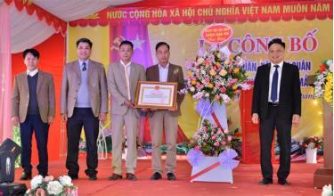 Lãnh đạo huyện Trấn Yên tặng hoa chúc mừng và trao bằng công nhận đạt chuẩn NTM mới kiểu mẫu cho thôn Đức Quân.