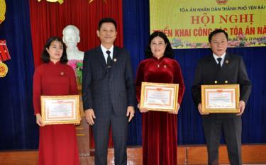 Đồng chí Lê Thái Hưng - Chánh án TAND tỉnh trao tặng danh hiệu Chiến sỹ thi đua cơ sở năm 2020 cho 3 công chức Tòa án nhân dân thành phố Yên Bái.