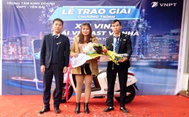 Trung tâm Kinh doanh VNPT Yên Bái trao thưởng chiếc xe máy điện Vinfast Klara S cho chị Đặng Thị Phấy, xã Đại Sơn, huyện Văn Yên.