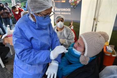Nhân viên y tế lấy mẫu dịch xét nghiệm COVID-19 cho người dân tại Tunis, Tunisia.