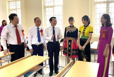 Đồng chí Đỗ Đức Duy - Bí thư Tỉnh ủy Yên Bái và Giám đốc Sở GD&ĐT Vương Văn Bằng thăm Trường THPT DTNT tỉnh.