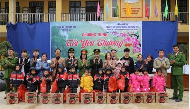 Hội Phụ nữ Công an tỉnh Yên Bái và Đoàn công tác trao quà cho các em học sinh Trường Tiểu học và Trung học cơ sở xã Sùng Đô, huyện Văn Chấn.