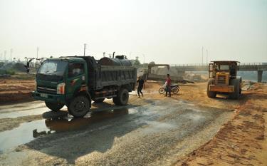 Công nhân Liên danh Lâm Việt - Bình Dương đẩy nhanh tiến độ thi công dự án xây dựng công trình đê chống ngập sông Hồng.