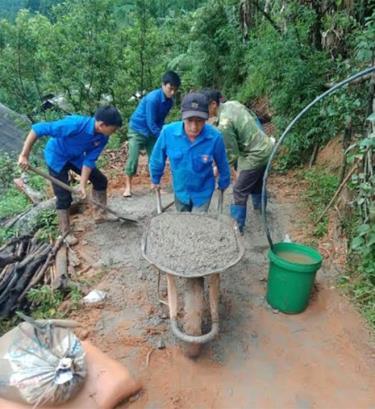 Các đoàn viên, thanh niên tham gia làm đường bê tông.