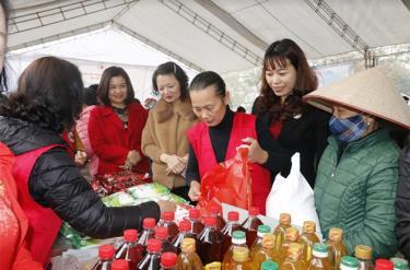 Lãnh đạo huyện Văn Yên và Hội Chữ thập đỏ tỉnh tham quan các gian hàng tại