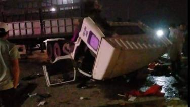 Cú va chạm khiến 2 xe hư hỏng nặng.