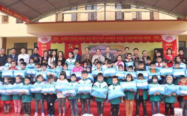 Lãnh đạo Hội Khuyến học tỉnh và các nhà hảo tâm trao tặng áo phao ấm cho các em học sinh Trường TH&THCS số 1 Lương Thịnh.