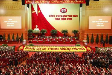 Đoàn chủ tịch và các đại biểu biểu quyết tại phiên trù bị Đại hội.