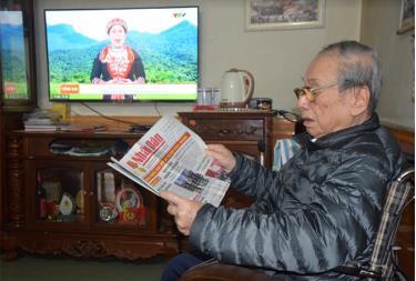 Ông Hà Thiết Hùng hàng ngày quan tâm theo dõi tình hình thời sự địa phương, đất nước qua đọc báo, xem ti vi.