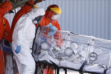 Nhân viên y tế chuyển bệnh nhân COVID-19 bằng máy bay tại sân bay quân sự ở Santiago, Chile ngày 25/1.