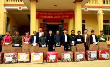 Trưởng Ban Dân vận Tỉnh ủy Hoàng Thị Vĩnh cùng lãnh đạo huyện Trạm Tấu tặng quà các gia đình chính sách, hộ nghèo tại xã Xà Hồ.