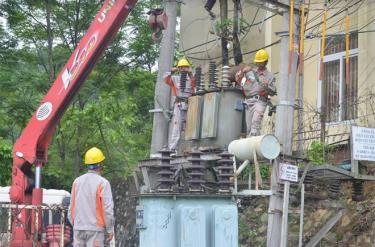 Công nhân Điện lực Yên Bình thực hiện bảo dưỡng các trạm biến áp.