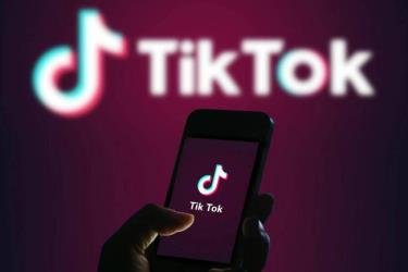 Biểu tượng ứng dụng TikTok trên màn hình điện thoại.