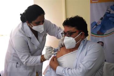 Nhân viên y tế được tiêm vắcxin phòng COVID-19 tại New Delhi, Ấn Độ, ngày 16/1/2021.