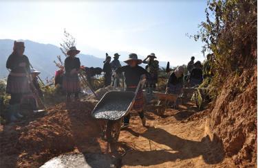 Bà con thôn Bản Thái tích cực tham gia bê tông hóa đường liên thôn, liên bản.