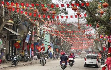 Các tuyến phố của thành phố Yên Bái rực rỡ cờ hoa.