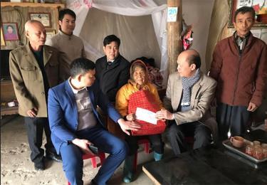 Lãnh đạo Liên hiệm các hội KH&KT tỉnh tặng quà tết cho bà Vũ Thị Chích, thôn Cây Thị, xã Yên Bình, huyện Yên Bình.