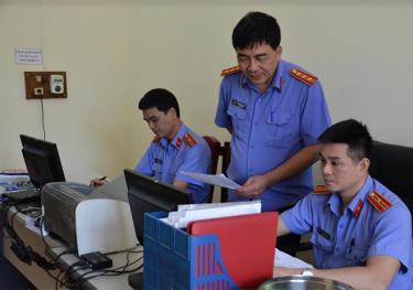 Lãnh đạo Viện Kiểm sát nhân dân huyện Văn Yên trao đổi nghiệp vụ chuyên môn với cán bộ, kiểm sát viên trong đơn vị.
