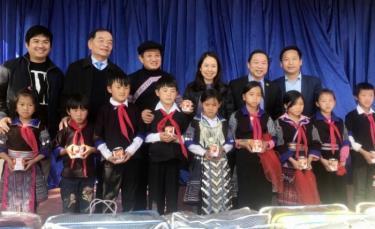 Đại biểu Quốc hội (ĐBQH) Lê Thanh Vân (thứ 2 từ phải sang), ông Đoàn Ngọc Hải (thứ 3) và ĐBQH Lưu Bình Nhưỡng cùng tặng sữa đặc có đường và áo ấm mùa đông cho học sinh Trường tiểu học và trung học cơ sở Dế Xu Phình