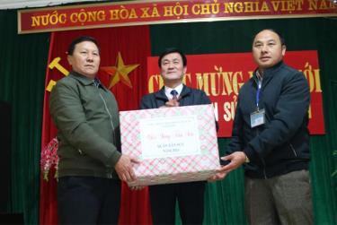 Phó Chủ tịch UBND tỉnh Nguyễn Chiến Thắng tặng quà chúc tết UBND xã Phình Hồ.
