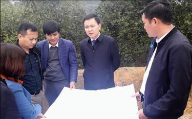 Đồng chí An Hoàng Linh- Bí thư Huyện ủy Yên Bình (thứ hai, phải sang) kiểm tra tiến độ xây dựng nông thôn mới tại các địa phương