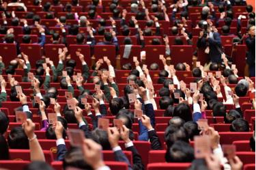 Các đại biểu biểu quyết tại Đại hội XIII của Đảng.