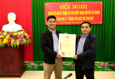 """The Intellectual Property Office's certificate for the geographical indication of """"Mang tre Bat Do"""" (Bat Do bamboo shoots) is handed over."""