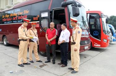 Traffic police strengthens the examination of coaches serving travelling demand of people during the Lunar New Year (Tet) holiday.