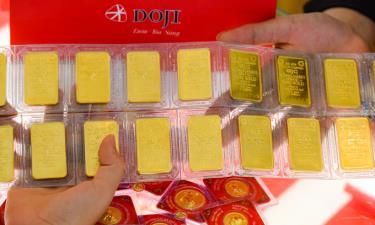 Giao dịch vàng miếng tại cửa hàng.