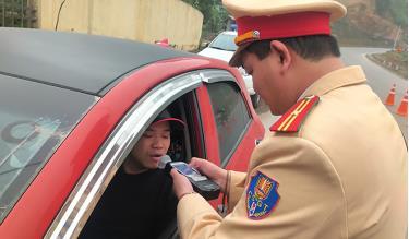 Lực lượng cảnh sát giao thông Công an tỉnh Yên Bái kiểm tra nồng độ cồn người điều khiển phương tiện giao thông. (ảnh minh họa)