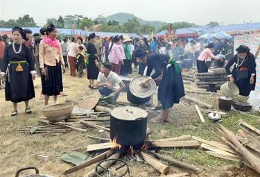 """Thi nấu bánh trong """"Ngày hội bản mường"""" xã Mường Lai, lần thứ I thu hút đông đảo người dân tham gia."""