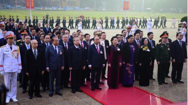 Các đồng chí lãnh đạo Đảng và Nhà nước vào Lăng viếng Bác.
