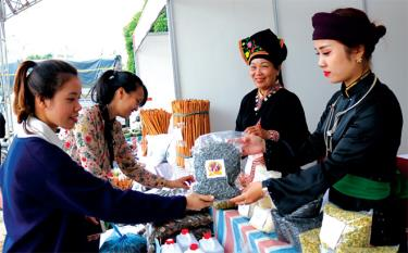 Du khách tham quan các gian hàng trưng bày tại Lễ hội Cơm mới đền Đông Cuông, huyện Văn Yên năm 2020.